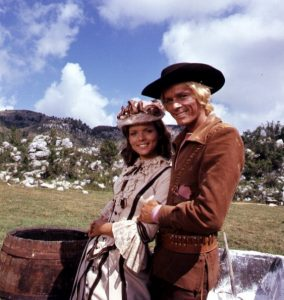 "Uschi Glas, Ron Ely, Italien, Film ""100 Fäuste und ein Vaterunser"" alter Titel ""Die linke Hand Gottes"" (Deutsch-Italienischer Western), Rom, Italien, Europa, Hut, Western, Wild-West, Natur, Berg, Hügel, Leder, Fass, (Photo by Peter Bischoff/Getty Images)"